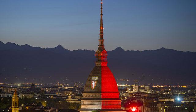 Башня Моле в Турине со знаком футбольной команды Torino
