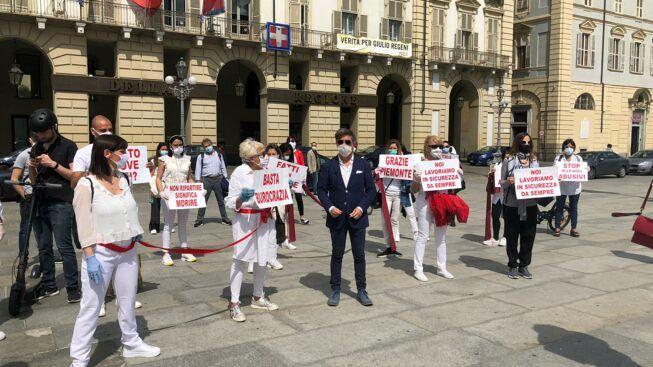 Нет это не харлем шейх в эпоху коронавируса, это парикмахеры и стилисты Турина в флешмобе на площади Кастелло