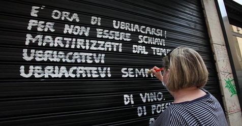 Надписи на закрытых магазинах Турина