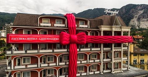 Чтобы отпраздновать открытие, отель был обмотан огромной красной лентой