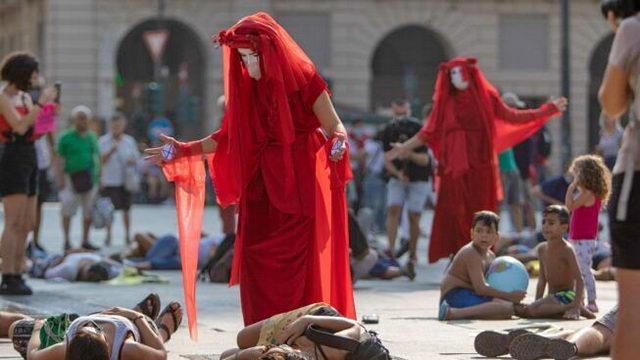 Мертвые с косами в Турине на главной площади