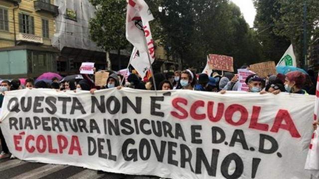 Первая демонстрация в Турине, после открытия школ