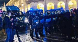Уличная война в Турине, разбитые витрины, слезоточивый газ, картонные бомбы и водометы
