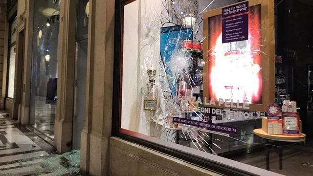 Уличные войны и беспорядки в Италии разбитые магазины Турин