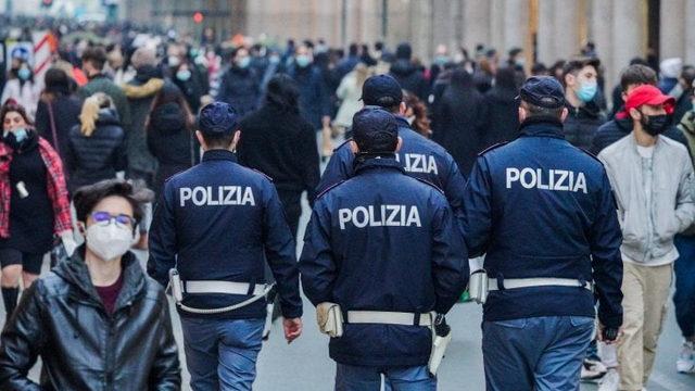 Протест отрицателей в центре Турина без масок, одиннадцать человек оштрафованы