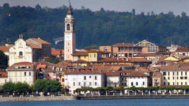 Город Арона на большом озере в Италии
