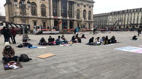 Школьники Турина продолжают протест на площади Кастелло