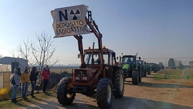 В Карманьоле прошел протест с участием 250 тракторов против свалки ядерных отходов