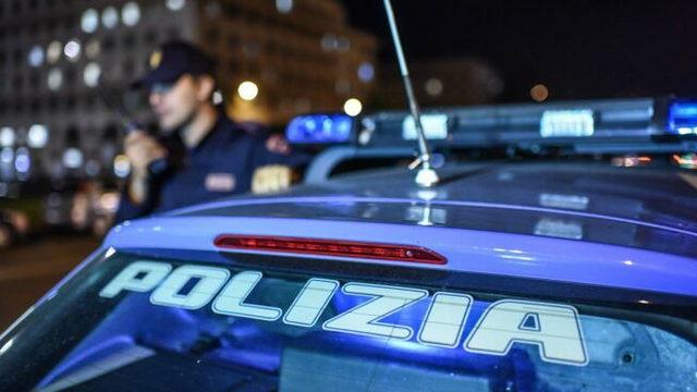 парни сожгли квитанции со штрафами перед зданием кверстуры в Турине