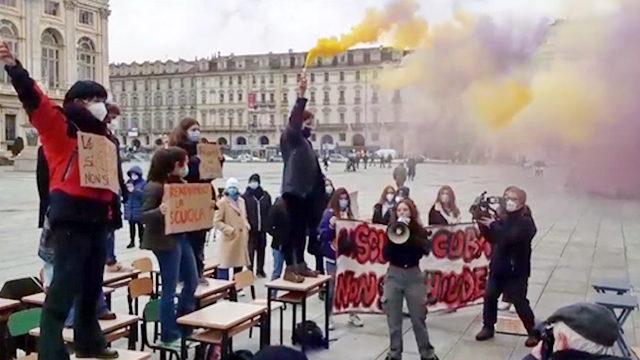 Школьники Турина вышли на площадь в знак протеста не открытия школ