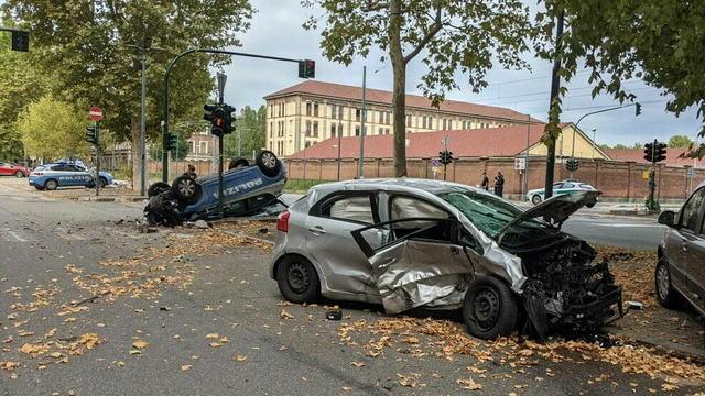 В Турине столкнулись полицейский Seat Leon перевернувшийся после удара и Kia Rio