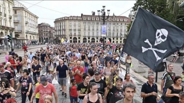 Акция протеста в Турине NO Green Pass прошла вчера днем на площади Piazza Castello